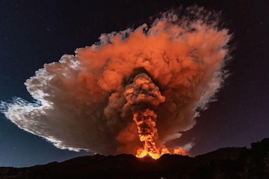 استمرار ثوران بركان جبل إتنا في جزيرة صقلية الإيطالية