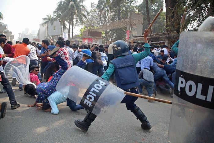 تظاهرات حاشدة في بنجلاديش.. واشتباكات عنيفة بين الشرطة ومتظاهرين
