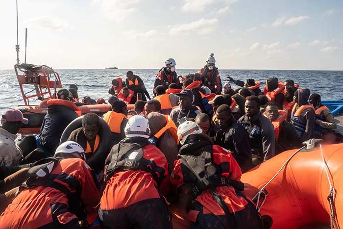 """سفينة """"سي ووتش 3"""" الألمانية تنقذ المهاجرين في البحر"""
