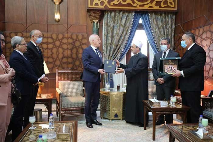 الإمام الأكبر يهدي الرئيس التونسي نسخة من وثيقة الأخوة الإنسانية