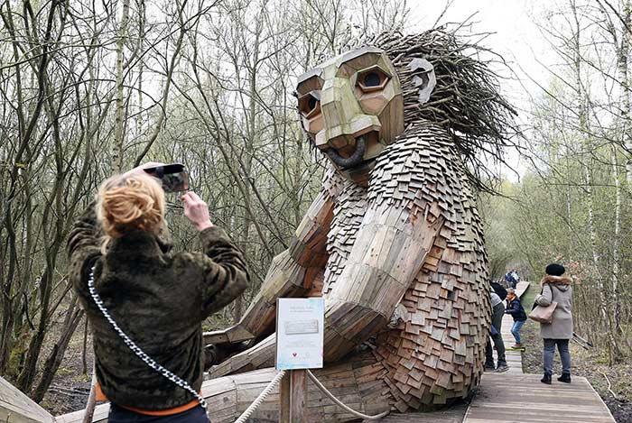 تماثيل خشبية عملاقة في حديقة بلجيكية