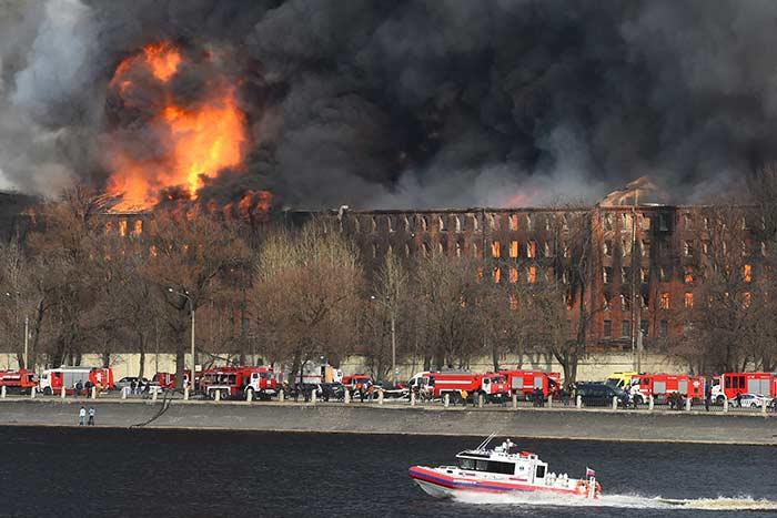 اندلاع حريق في مصنع تاريخي في سانت بطرسبرج بروسيا