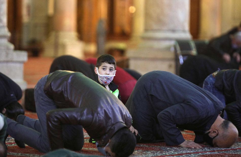 سوريون يؤدون الصلاة في أول أيام رمضان