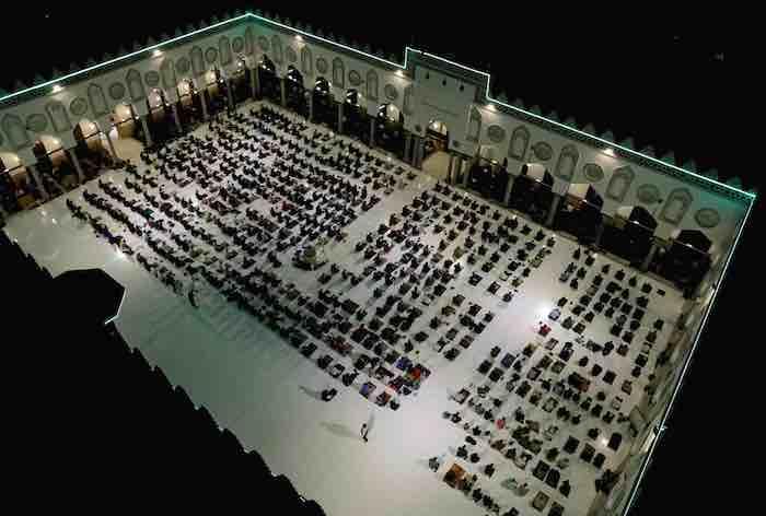 تطبيق الاجراءات الاحترازية في صلاة التراويح بالجامع الأزهر
