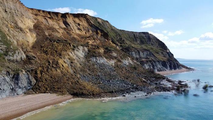 انهيار أرضي هائل بساحل الجوراسي في بريطانيا