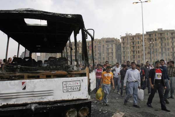 الصور - حرق سيارة عسكرية فى ميدان التحرير 2011-634379544107182664-718