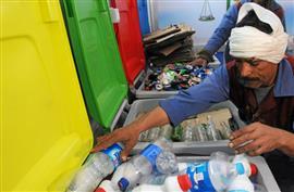المصريون يبدأون في فصل القمامة وبيعها (رويترز)