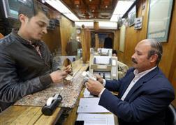 المصريون يقبلون على بيع الدولار بعد ارتفاع سعره