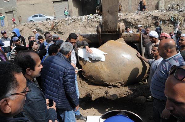 الآثار تستخرج تمثالين ملكيين آثريين بـالبلدوزر من موقع الحفائر بالمطرية