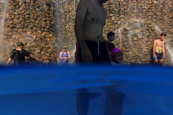 المواطنون في تايلاند يستمتعون بالمياه للتغلب على حرارة الجو