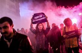 تظاهرات حاشدة في تركيا تناصر لا تندد بالتعديلات الجديدة (أ ف ب)