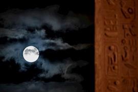 القمر العملاق يفتتح العام الجديد في عدة دول حول العالم