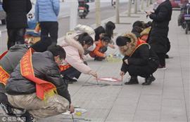 رسوم وكتابات على الأرصفة في شوارع الصين تدعو إلى رعاية المكفوفين