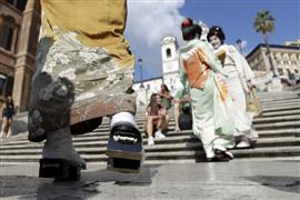 فتيات الجيشا اليابانيات في زيارة إلى معالم العاصمة الإيطالية روما ضمن برنامج تبادل ثقافي