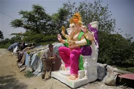 الهندوس يبدأون التحضير لاحتفالات عيد ميلاد الإله جانيش في الهند