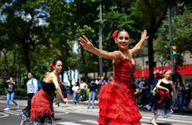 فرقة باليه احترافية تقدم عروضها الراقصة في شوارع مكسيكو سيتي
