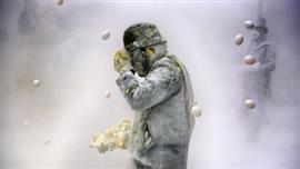 مدينة إيبي الإسبانية تحتفل بمهرجان حرب الدقيق والبيض