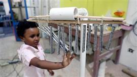 فنان مصري يصنع آلات موسيقية من القمامة
