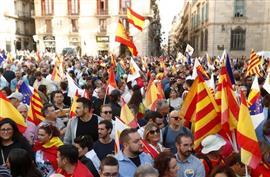 مظاهرات حاشدة في برشلونة لمناهضة دعوات انفصال إقليم كتالونيا عن إسبانيا