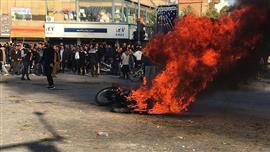 استمرار الاحتجاجات في إيران.. والمتظاهرين يقطعون الطرق الرئيسية
