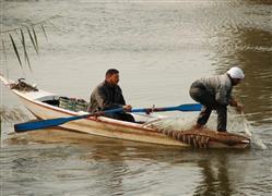 رحلة في النيل تبدأ برمى الشبك وتنتهى بصيد السمك