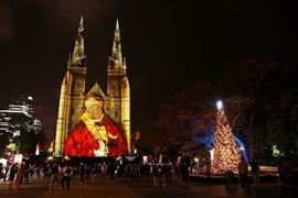 أضواء عيد الميلادعلى واجهة كاتدرائيةالقديسة ماريفي سيدني بأستراليا