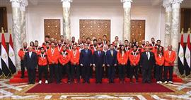 الرئيس السيسي يستقبل مجموعة من الأبطال الرياضيين ويمنحهم وسام الرياضة