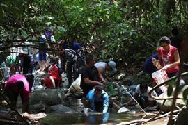 يجمع السكان المحليون المياه من خط ا?نابيب ري?يسي للمياه الجوفية في كاراكاس ، فنزويلا