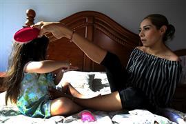 مكسيكية بدون أذرع تتغلب على إعاقتها وتمارس أنشطة حياتها بـقدميها