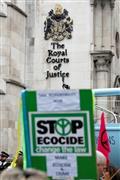 نشطاء بيئيون ينظمون وقفة احتجاجية أمام محكمة العدل الملكية في لندن للتنبيه بتغيرات المناخ