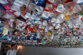 أعمال فنية ركزت على أضرار النفايات على البيئة لفتت انتباه الناس في هانوي