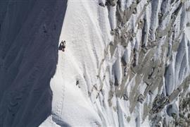 خطر يهدد حياتهم... صور للمتسلقين تأسر الأنفس