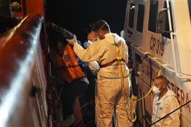 القوات الإيطالية تنقذ عشرات المهاجرين أمام سواحلها في البحر المتوسط