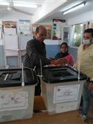 الناخبون يحرصون على اصطحاب أولادهم خلال المشاركة في التصويت بمدرسة أبو الهول بالجيزة