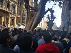 الآلاف يحتشدون أمام المعامل المركزية لإجراء تحاليل فيروس كورونا