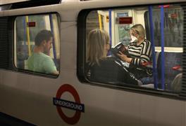 ركاب المترو في لندن يواجهون كورونا بالكمامات