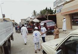 شباب متطوعين من حزب مستقبل وطن يوزعون الكمامات الطبية علي المواطنين في شوارع مطروح