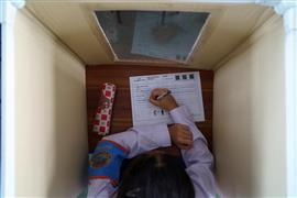 لقطات من إعادة فتح المدارس حول العالم والتعايش مع وباء كورونا