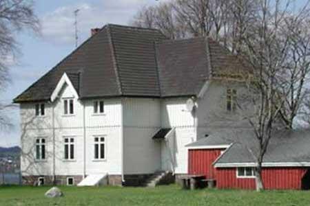 سجن جزيرة باستوي – النرويج-أول سجن صديق للبيئة في العالم فيقوم بتوليد 70% من الكهرباء التي يحتاج إليها من الطاقة الشمسية، ويقوم السجناء فيه بإعداد طعامهم بأنفسهم، وبإعادة تدوير مخلفاته بالكامل