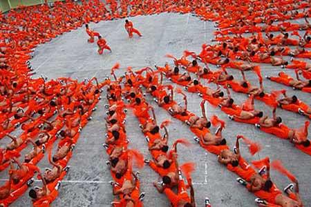 سجن سيبو - الفيليبين-يتم تعليم السجناء الرقص الجماعي ،حيث يتم تدريب السجناء يوميا على الرقص الجماعي على أنغام أشهر الأغاني العالمية كنوع من العلاج النفسي ،ويتم بيع العروض وتوزيع أرباحها على السجناء