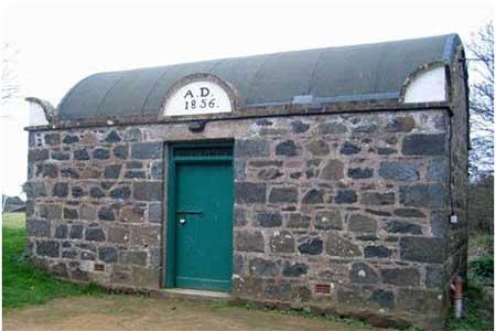 سجن سارك- غويرنسي - هو اصغر سجن في العالم، إذ يتألف من غرفة واحدة، تم بناؤها في العام 1856، وهي تتسع لسجينين فقط. ويتم استخدامها لحبس الأشخاص الذين لا تزيد مدة عقوبتهم على ليلة واحدة.