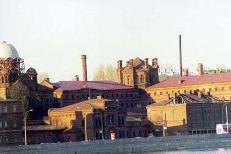 سجن كريستي – روسيا - هو أكثر سجون العالم ازدحاما.يتسع ل3آلاف سجين، لكنه كان يحتوي على 10 آلاف، وبذلك كان كل سجين يمتلك مساحة 4 أمتار مربعة، و15 دقيقة للاستحمام كل أسبوع ، وتم  نقله لمعالجة المشكلة