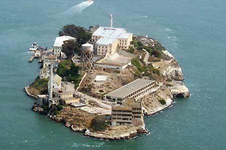 """سجن الكتراز- الولايات المتحدة -هو أشهر سجن في العالم. وذلك بعد فيلمي """"الهروب من الكتراز"""" وِ""""الصخرة"""" في هذا السجن حُبس آل كابوني، واعتى أعداء المجتمع الامريكى من القتلة والسفاحين وزعماء العصابات."""
