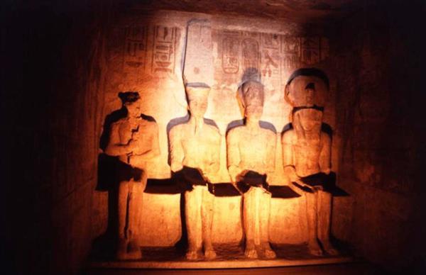 --فرق-شعبية-تحتفل-بتعامد-الشمس-علي-معبد-أبو-سمبل