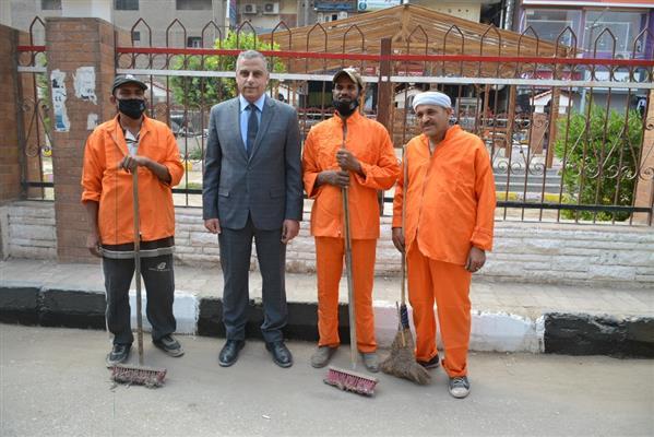محافظ-سوهاج-يلتقط-صورة-تذكارية-مع-عمال-النظافة