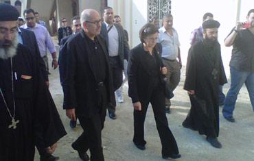 البرادعي وزوجته بزيارة ضحايا ماسبيرو الزهور الشهداء