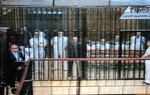 علاء مبارك يستأذن القاضي ليدخل