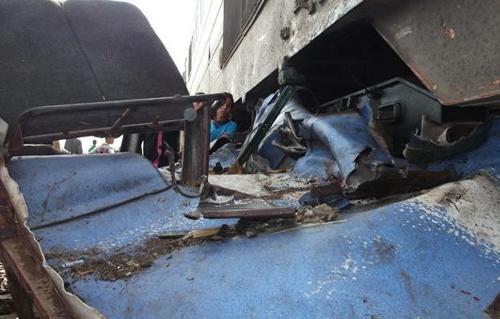 """العناية الإلهية تنقذ ركاب قطار """"القاهرة ــ أسيوط"""" من كارثة محققة بعد تعطل سيارة نقل بمزلقان """"المندرة"""""""