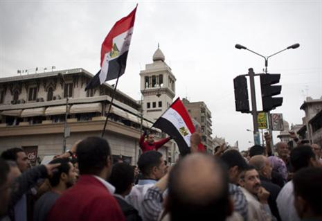 مؤيدين الرئيس مرسي يصلون الي قصر الاتحادية ويزيلون غيام المعتصمين ويطردوهم من امام القصر