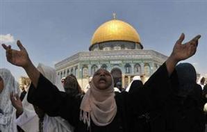 نساء فلسطين يتصدين لمحاولة اقتحام المسجد الأقصى 2012-634654292873871